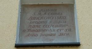 Zabytkowa tablica w murze Kościoła w Paleśnicy