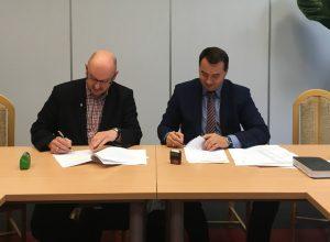Na zdjęciu Pan Sebastian Nowak - Dyrektor Departamentu Budownictwa Energooszczędnego NFOŚiGW oraz Burmistrz Dawid Chrobak