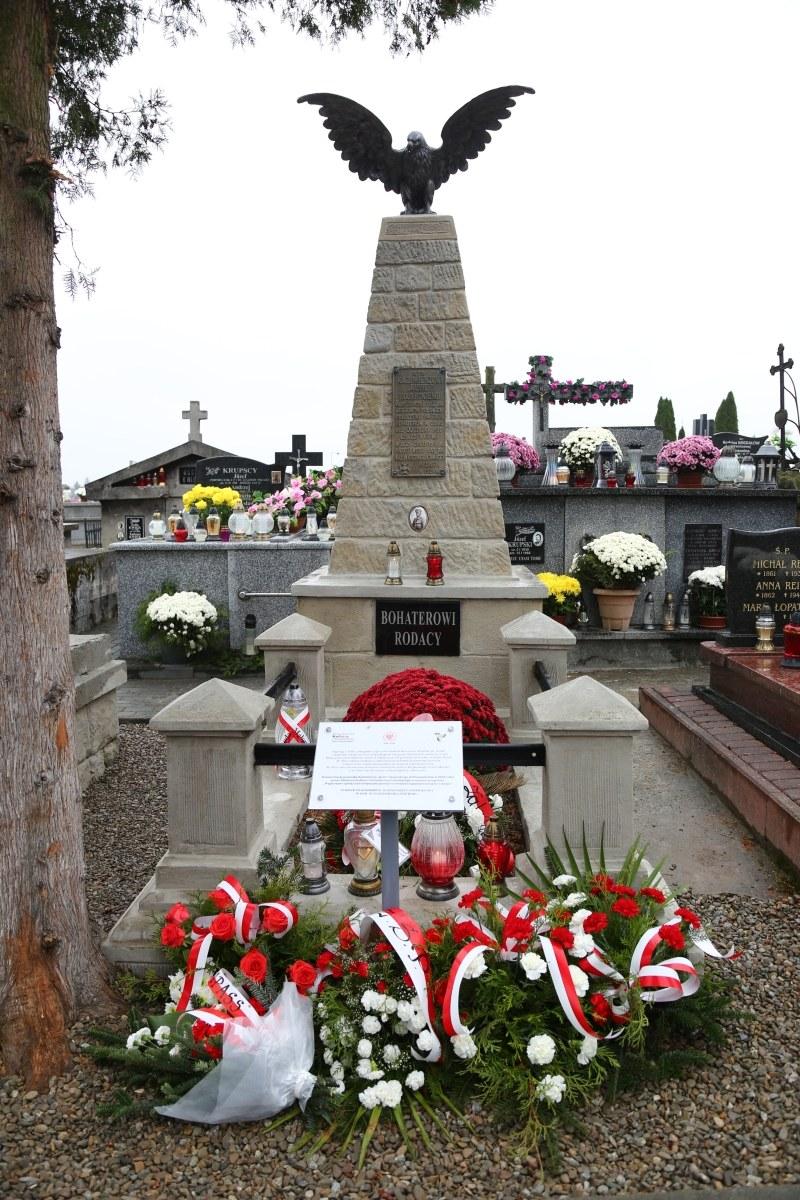 """Pomnika Kazimierza """"Kuby"""" Bojarskiego na cmentarzu parafialnym w Zakliczynie"""