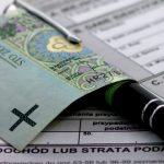 pieniądze, długopis, deklaracje podatkowe