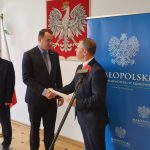 Promesę z rąk wojewody małopolskiego Piotra Ćwika odebrał w Tarnowie burmistrz Dawid Chrobak