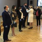 Burmistrz Dawid Chrobak odbiera Medal Komisji Edukacji Narodowej